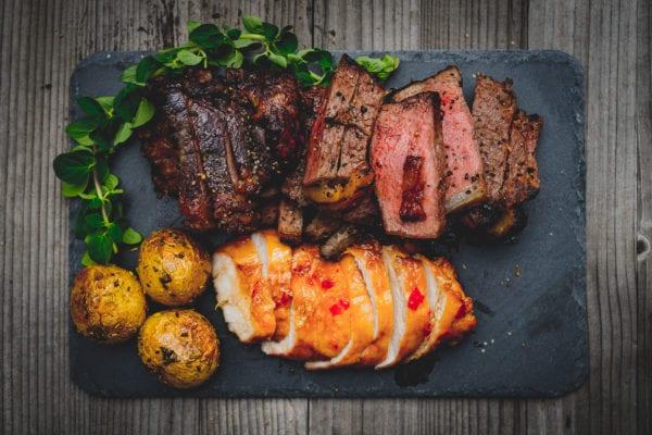 Grillmenü: Steak, Hühnchenbrust und Rosmarin-Kartoffeln.