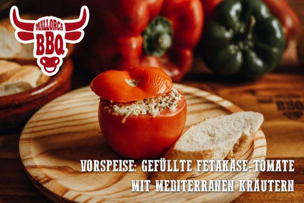 Vorspeise vom Grill: Tomate gefüllt mit Fetakäse und mediterranen Kräutern